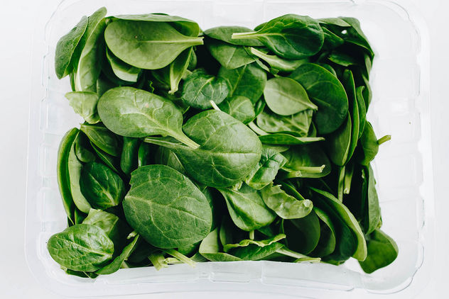 Top view of fresh spinach on white background. - бесплатный image #452975