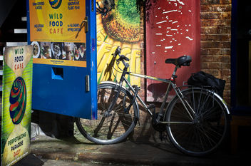 Bike Outside the Wild Food Cafe - image gratuit #453175