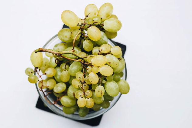Top view of fresh grapes in a bowl on white background - image gratuit #455585