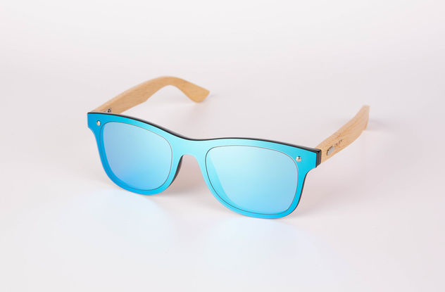 Wooden sunglasses on white background.jpg - image gratuit #462375