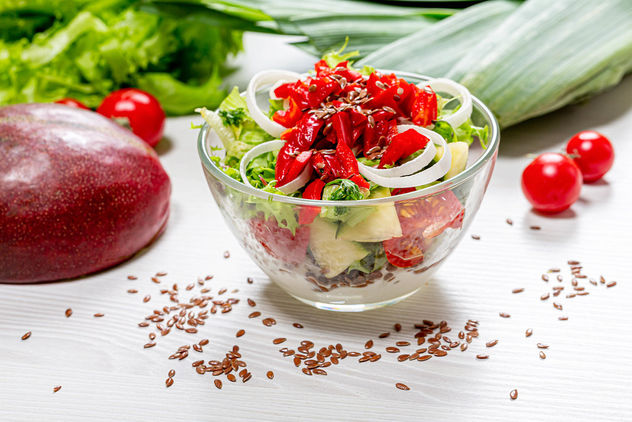 Salad with fresh lettuce, pepper, tomatoes and mango with flax seeds and yogurt (Flip 2019) - image #464205 gratis