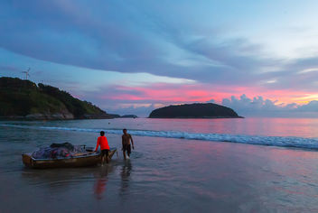 Thai fishermen on the boat are preparing to put the net. Nai Harn Beach, Phuket, Thailand - image #464775 gratis