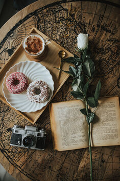 Donnuts, coffee, analog camera, old book and white rose from above. - Kostenloses image #478215